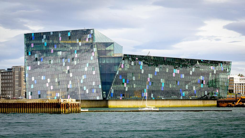 El Harpa Concert Hall es uno de los edificios más modernos de Reykiavík, con esa forma cúbica y esa fachada caleidoscópica. Además, está situada en un marco ideal, junto al mar. Foto de Pedro Kok.