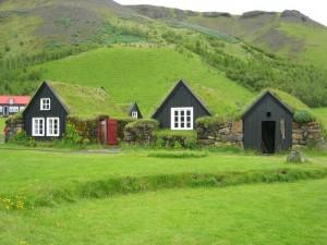 Casas semienterradas con el tejado tradicional de turba.