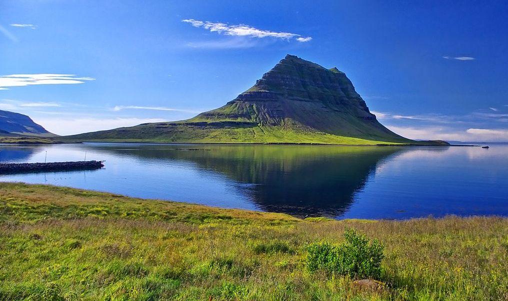 El monte Kirkjufell en el suave verano islandés. Foto de Kristin Ballarat.
