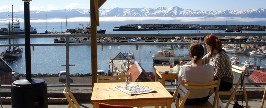 Magníficas vistas del puerto de Husavík desde uno de los muchos restaurantes con terraza de la ciudad. No se pierdan el delicioso bacalao o la sopa de pescado. Foto de flakkari.