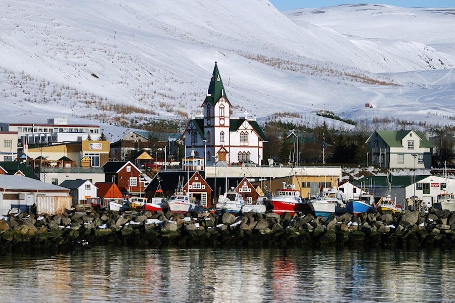 Husavík es uno de los pueblos más bellos del norte de Islandia, con sus casas de madera de colores situadas en el puerto.