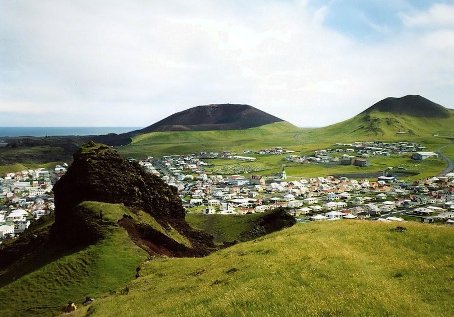 Los volcanes que rodean Heimaey se pueden ver perfectamente. Foto de ebd_ch.