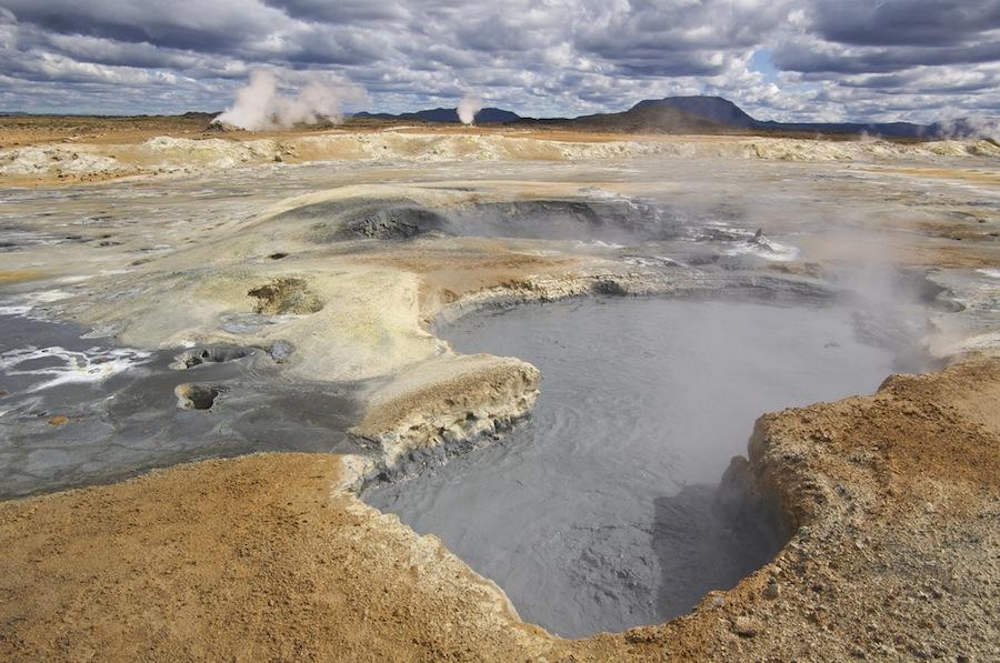 Espectacular la zona de Namaskard, con sus fumarolas y sus solfaratas, fenómenos geotérmicos increíbles. La tierra sigue rugiendo por dentro en Islandia. Foto de Evan Doll.