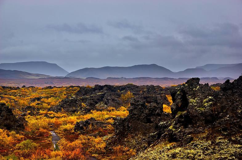 Paisaje otoñal de los acantilados de los murmullos, (Whispering Cliffs Hljóðaklettar).
