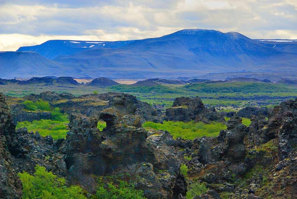 En la excursión podrán visitar Dimmuborgir, en la zona de Myvatn, con sus extrañas formaciones rocosas que parece que comunican la tierra con las zonas infernales, según la mitología islandesa y es morada de trolls, elfos,...Foto de Gudmundur Gunnarsson.