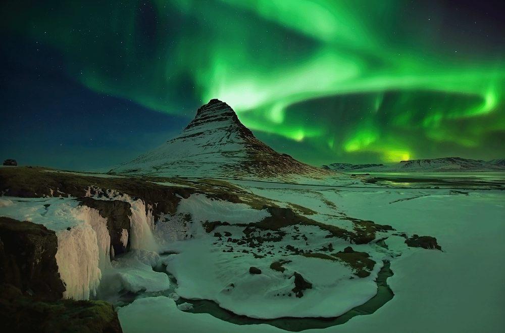 Auroras boreales sobre el monte Kirkjufell, en el Parque Nacional de Snaeffelsjokull.