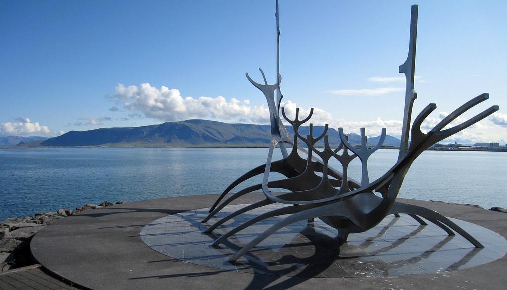 La escultura del barco vikingo, un lugar de visita obligada para los turistas que recorren el puerto de Reykiavík. Foto de sophieatkinson.