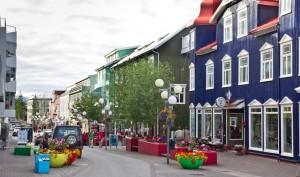El centro se anima sobre todo en verano con numerosos bares y restaurantes. Foto de Eberhard.