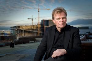 Einar Már Guðmundsson, delante de las obras del HARPA. EL escrior ha sido uno de los principales comentaristas y activistas durante la crisis islandesa.