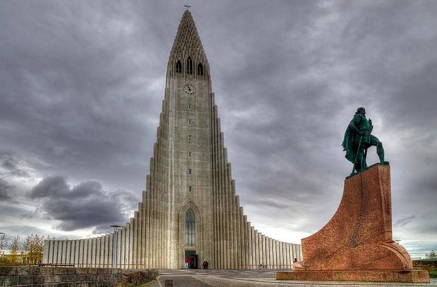 La extraña y espectacular iglesia de Hallgrimskirkja. Un edificio emblématico de la capital.
