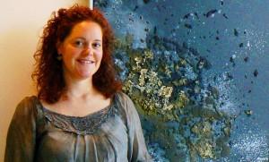 La artista hispano-islandesa Silvia Börg y una de sus obras. Foto Silvia Borg.