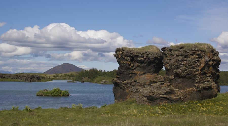 El impresionante lago Myvatn en torno al cual podemos ver todo tipo de fenómenos geológicos. Foto de Evan Doll.