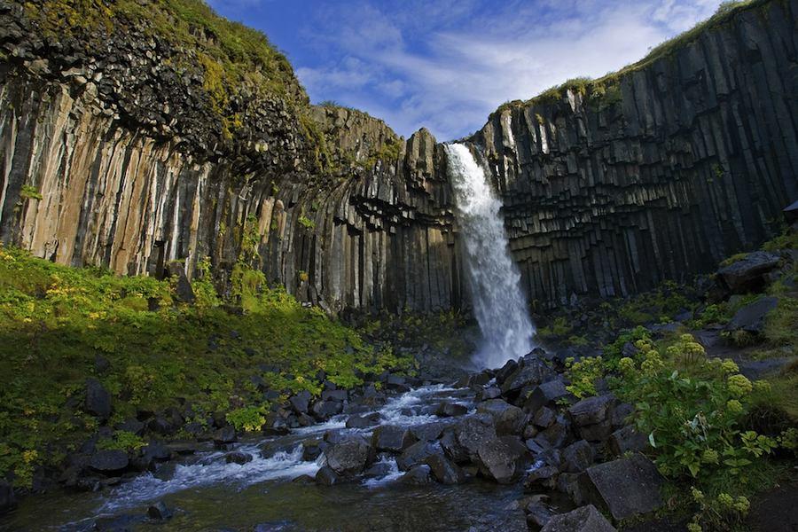 Cascada de Svartifoss, reconocible por sus coladas basálticas. Un órgano en mitad de las landas islandesas.