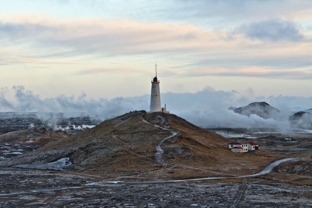 El entorno del faro de Reykjanes se sitúa en un entorno increíble, entre fumarolas de vapor y conos de origen volcánico. Foto de Nonnz.