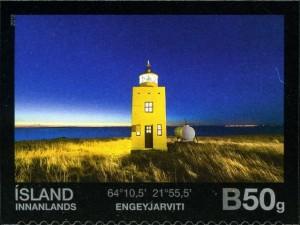 El Faro de Engey se ve desde Reykiavik, amarillo que grita en el blanco del invierno islandes. Foto de Postur.