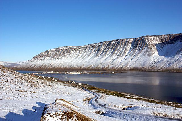 Impresionante panorama de Ísafjördur, a la derecha el gran fiordo de Isafjardarjúp se abre como un mar.