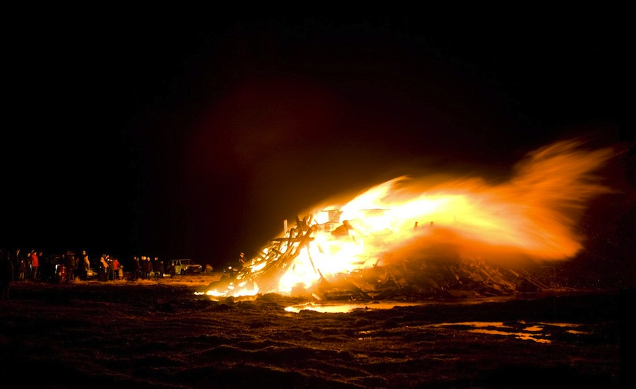 Miles de habitantes de Reykjavik se reúnen en Nochevieja en torno a las típicas hogueras de Nochevieja despidiendo el año. Foto de Dísin.