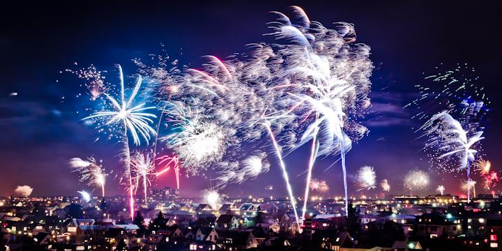 La belleza de Reykjavík se multiplica en Nochevieja con el impresionante festival de fuegos artificiales lanzados desde todas las casas de la capital. Una experiencia única. Foto de Flugufrelsari.