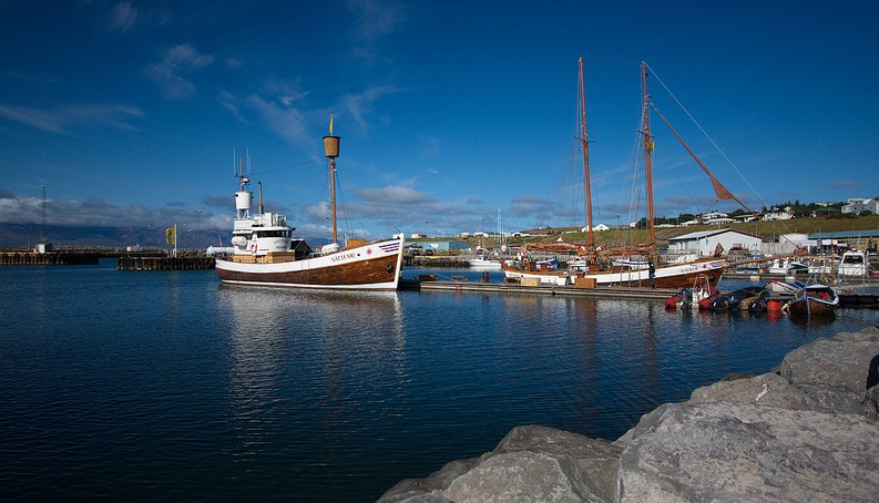 Puerto y barcos en Husavik. Foto de meironke.