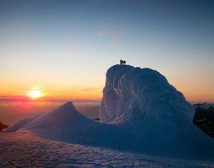 El sol de medianoche se perfila entre los glaciares. Foto de DR.Konstantin.