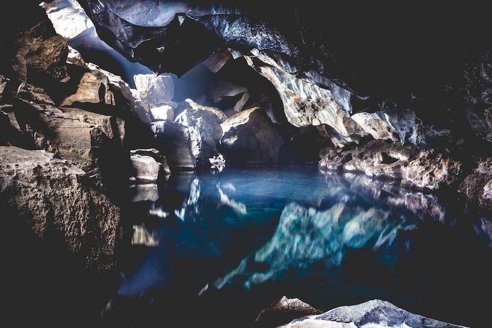 La cueva de Grjotagja (Grjótagjá), donde John Snow e Ygritte tuvieron su primer encuentro amoroso. Un lugar magnífico que podrán conocer en la excursión por la ruta de Juego de Tronos. Foto de Julien Lavallé.
