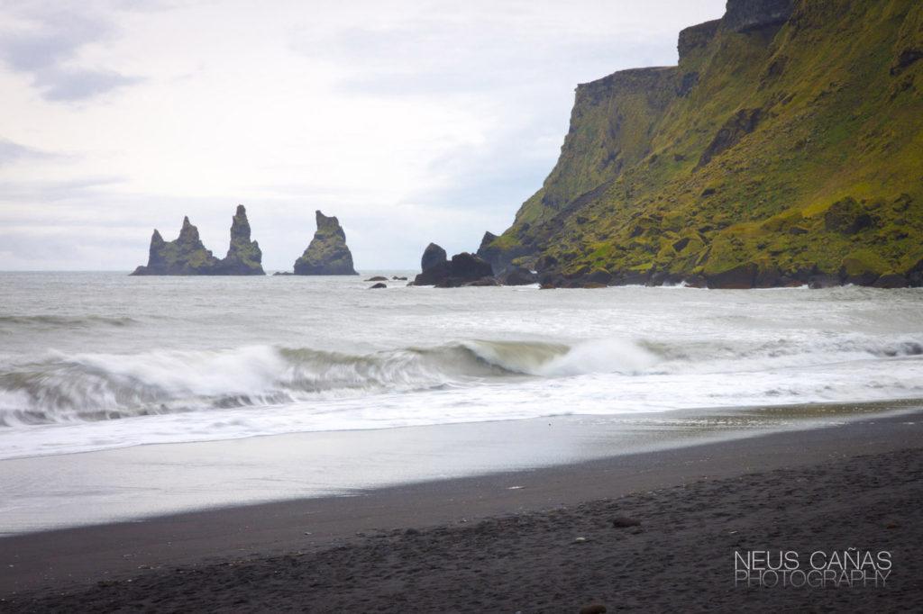 Playa de Vik y las columnas o agujas de Reynisdrangar, al píe del cabo de Reynisfjall. ©Neus Cañas.