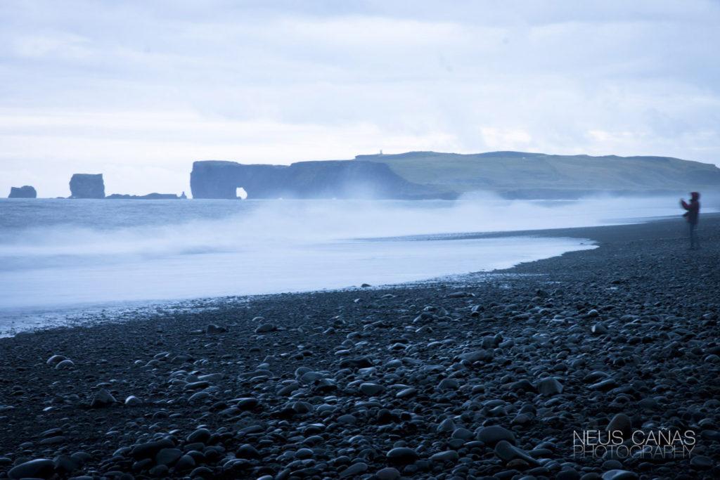Arco de Dyrhólaey desde la playa de Reynisfjara. ©Neus Cañas.